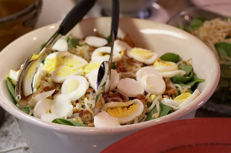 Spinach salad with eggs